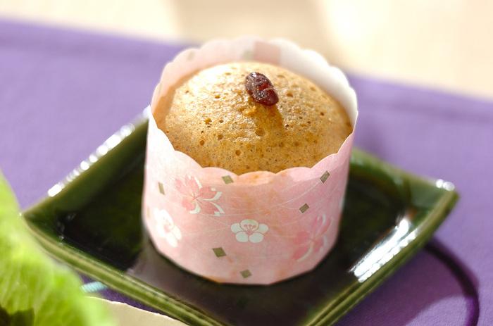 黒糖の甘さにほっこりできる蒸しパンです。材料を混ぜて型に流し、蒸し器で蒸せば出来上がり。思い立ったらすぐ作れる簡単さが魅力です。