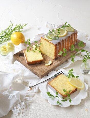レモンの香りが爽やかで、暑い時期にも食べやすいケーキです。レモンはよく洗って、皮も果汁も使います。粉砂糖のアイシングやレモンの輪切りをトッピングすると、おもてなしにもぴったり!