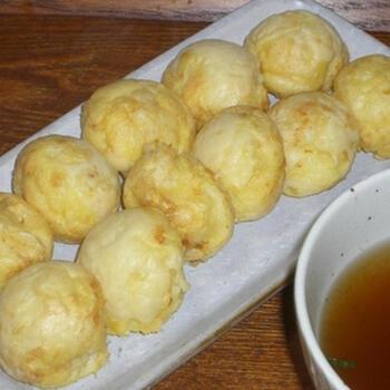 だし汁に浸して食べる兵庫県明石市の郷土料理「明石焼き」。卵ベースの生地に具材はたこのみのシンプルな味わいで、だしの旨みや卵の優しい風味を楽しめます。焦がさずに焼くことがポイント。