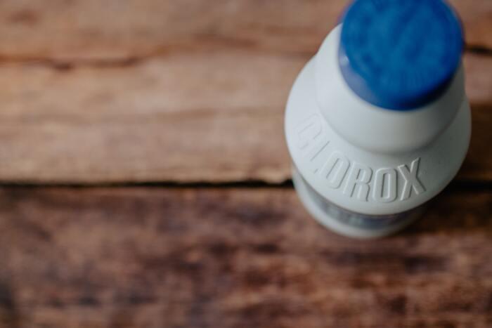 万能洗剤は、1本であらゆる場所の掃除や、洗濯、食器洗いなどをこなせる優れもの。洗剤の「役割分担」をせずに、1本で「多くの役割を担ってくれる洗剤」を取り入れてみると、何度も買い替える手間が省けて、日々のお掃除や洗濯の負担も減るかもしれません。