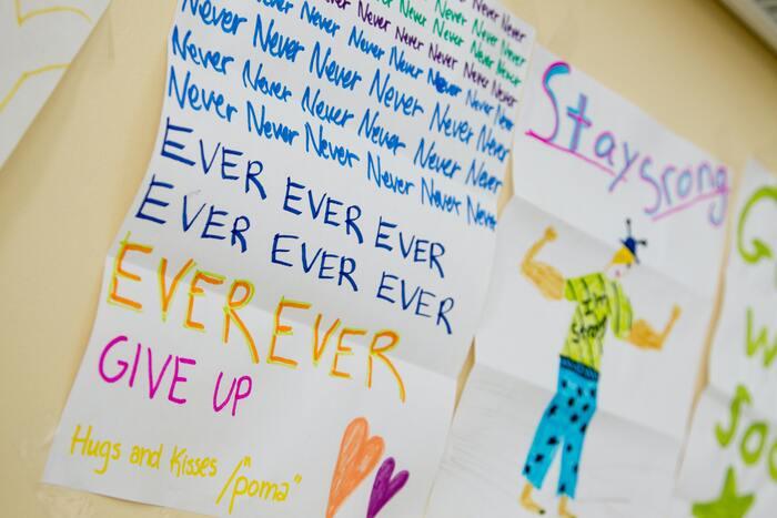 せっかく目標を立てても、二ヶ月後にはすっかり忘れていた…なんてこともありますよね。目標は意識していないと、すぐに忘れてしまいがち。そうならないためにも、目標を紙に書き出して目に見えるところに貼っておく方法がおすすめです。 カラフルなペンなどを使って楽しそうな雰囲気に目標を書くと、気分が高まりモチベーションもアップするはず。1日1回、必ず目標を見ることで、目標に対する意識が高まります。