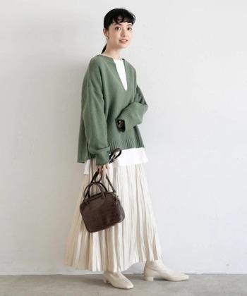 待ち遠しい春のような色合いが新鮮な2020年秋冬のコーデ。白とグリーン、ブラウンというナチュラルカラー3色でまとめたニット&ロングスカートのショートブーツスタイルです。