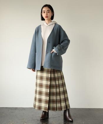 ビッグシルエットのブルーアウターや白のパーカーで作る大人カジュアルなコーデ。チェックのロングスカートの柄に含まれている茶色と、リンクさせたブラウンのブーツをセレクトするだけで統一感のあるスタイルに。
