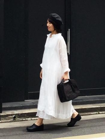 スタンドフリルとシアー感がかわいい、白のロマンティックワンピース。帽子・バッグ・靴と、すべての小物を黒で統一しているから、子供っぽくならず素敵に仕上がっています。