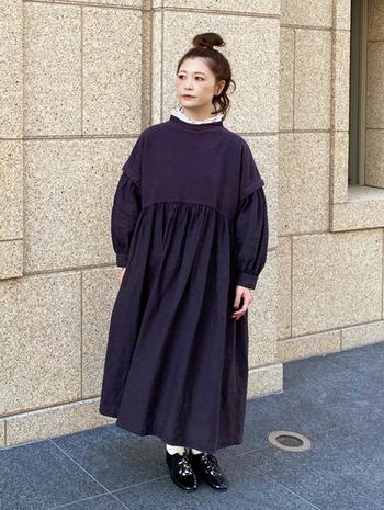 シックなダークパープルのワンピースから、フリル襟を覗かせた奥行きのあるコーデ。一枚だと落ち着いて見えやすいアイテムに、フリル襟がエレガントな華を添えてくれます。