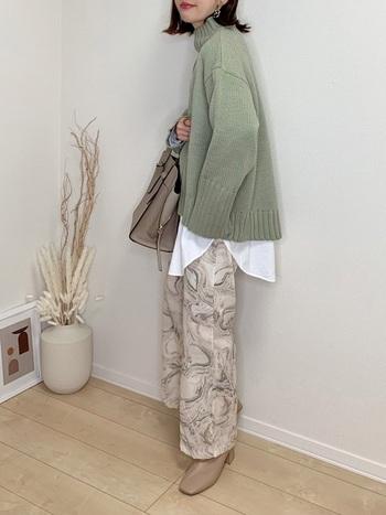 ベージュマーブル柄のワイドパンツと相性のいいベージュのショートブーツ。悩んだときは、パンツやスカートの色柄と合わせてブーツの色をレクトすれば、全体がまとまりやすくなります。