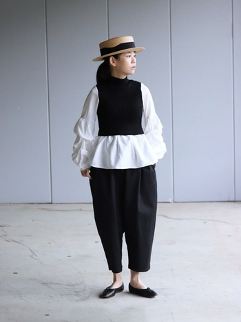 ボリュームたっぷりの白ブラウスには、バランスよく引き締まる黒のニットベストが好相性。「重ね着は難しそう…」という方には、ブラウスとベストが一枚になったドッキングデザインもおすすめです。