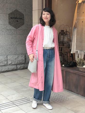 ピンクのシャツワンピースを羽織りに活用した、おしゃれなアレンジコーデです。色落ち加工のカジュアルデニムが、気取らない大人の着こなしへとアシストしてくれます。