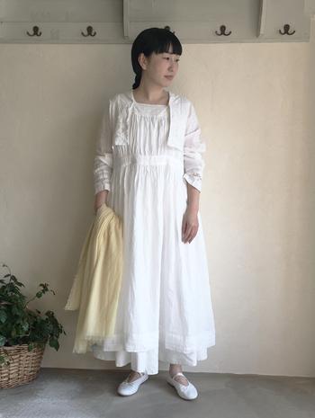 リネン素材の白ワンピース×白スカートをレイヤードした、大人ならではの贅沢なガーリーコーデ。どちらも甘さのあるアイテムですが、素材が上質なムードを作り上げてくれます。