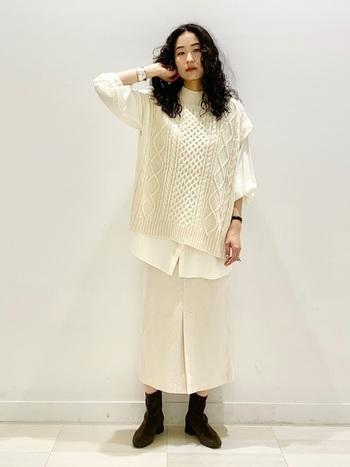袖コンシャスなチュニックシャツに、ニットベストをレイヤード。フロントにスリットの入ったスカートを合わせて、大人カジュアルに。バングルなどのアクセサリーで自分らしさを演出しましょう。