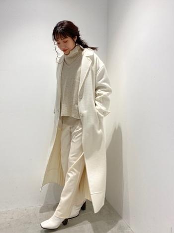 白いチェスターコートは、ロング丈で大人な表情。ニットにパンツ、足元はブーツで仕上げて。ゆるっとしたヘアアレンジが可愛らしくてもコーデが大人なので良い塩梅コーデに。