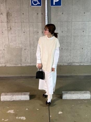 シャツワンピにニットベストを重ねて。ボトムも白で統一感を。その代わり、バッグ・靴・眼鏡は黒で揃えて、白アイテム達をしっかりと引き立てます。