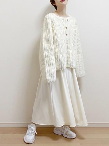 フレアが綺麗なワンピースに、ざっくり編みのニットを合わせて。対照的な雰囲気のアイテムを合わせると可愛くなり過ぎません。足元はスニーカーを合わせて、カジュアルダウン。