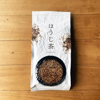 ほうじ茶のカフェイン量はコーヒーの3分の1ほどです。茎ほうじ茶は香ばしさとほんのり甘い薫りが魅力。小鍋に茶葉と牛乳を入れて煮ると、自家製ほうじ茶ラテができます♪