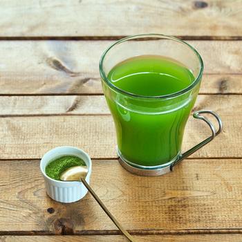 あまり馴染みのない桑茶ですが、美容や健康に良い成分がたっぷり!粉末になっているため、シェイカーでお湯や水と混ぜて手軽に飲めます。アイスやヨーグルトに振りかけても◎