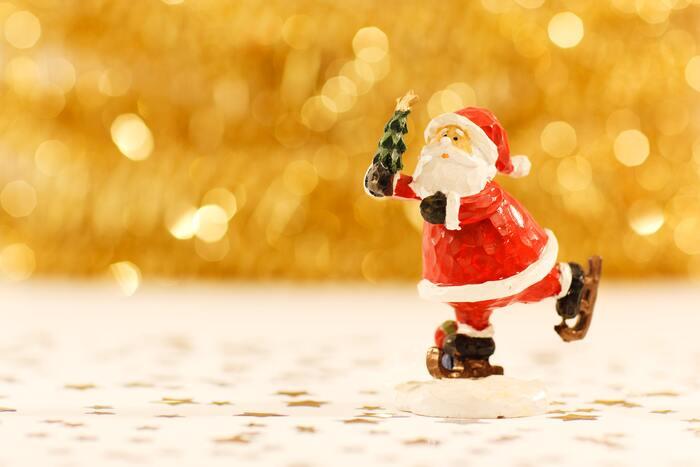「だるまさん」を「サンタさん」に変えて、「サンタさんがころんだ」にして遊びましょう♪サンタさん役の人は、帽子などをかぶるとさらにクリスマスらしくなります。