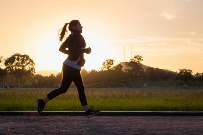 """例えば、来年はジョギングを始めよう!と目標を決めたとします。どうしてジョギングを始めたいのか?と考えたときに、「フルマラソンの大会に出てみたい」「体重を落としたい」「かっこいいウェアを着て颯爽と走る姿を写真に撮りたい」などの理由が""""目的""""となります。  あくまでも目標を達成することが目的なのではなく、目的を達成するために目標を達成させていくということになります。叶えたい目的があることで、楽しみながら目標を考えることができそうな気がしませんか?"""