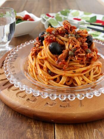 手間いらずで簡単に作れる♪サバ缶のプッタネスカです。「プッタネスカ」とはイタリア料理のパスタ料理を指します。トマトソースがベースで、アンチョビやケッパーの塩味が全体の味を引き締めます。お好みで唐辛子の辛さを加えても◎ワインとも相性抜群ですよ。