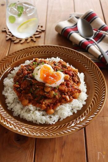 サバの水煮缶を使ったドライカレーです。サバ缶は煮汁ごと使い、トマトの水煮缶とひよこ豆もプラスしてとってもヘルシー◎食欲をかき立てる匂いがたまりません。温泉卵と合わせて味わって。