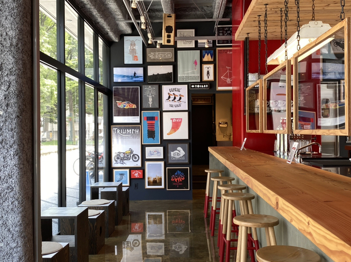 「DEUS EX MACHINA ASAKUSA(デウス エクス マキナ アサクサ)」は、オーストラリア発のライフスタイルショップ「DEUS(デウス)」が手がけるカフェ。カウンターと小さなテーブルが並ぶ店内は、アートギャラリーのような雰囲気です。
