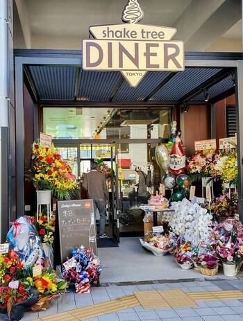"""イーストゾーンにある「shake tree DINER(シェイク ツリー ダイナー)」は、区内にある人気ハンバーガー店の姉妹店。モットーは""""Let's have fun!""""。お客さんと一緒に全てを楽しむために作られたバーガーを堪能してみませんか?"""