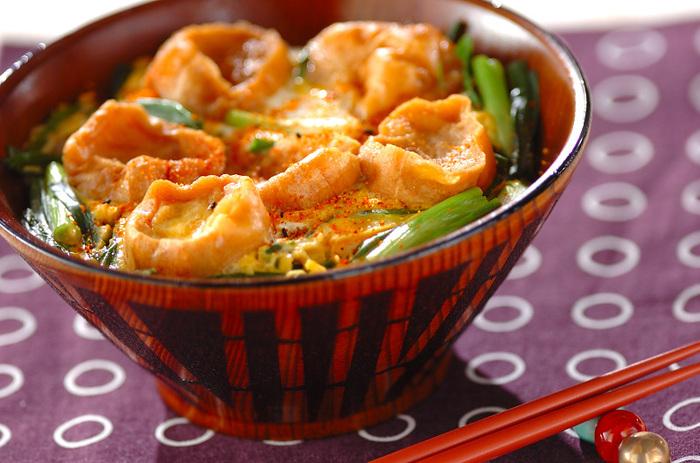 こちらは、油麩を使った丼レシピです。親子丼などと同じように、お麩をネギなどと一緒に煮てから卵でとじたら完成。お麩は煮る前に一度熱湯にさっと通しておくのがポイントです。七味唐辛子を振って召し上がれ♪