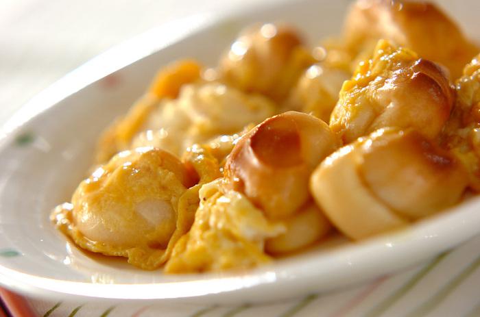 こちらは、お麩と卵のふんわり食感を生かしたレシピです。もち麩をだし汁で戻すのがポイント。お麩は卵液に加えておいて、一度にフライパンで焼くので簡単ですよ。お好みで一味唐辛子を振って、丼にしてもおいしく食べられます♪
