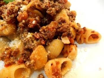コクが決め手のボロネーゼは、生ハムを使ったレシピもおすすめです。生ハムならではの塩気とうまみは、いつものソースと一味違うおいしさを味わえますよ。