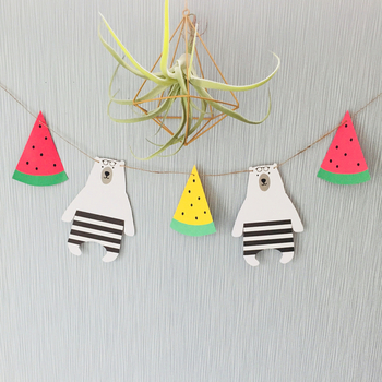 スイカ&しろくまが夏らしい雰囲気♪季節感を出したガーランドもとても可愛いですよね。ペーパーアイテムで手軽に作れるので、ハロウィン、クリスマス・・・など季節のイベントごとに作るのがおすすめです♡子供も喜びそうですね!