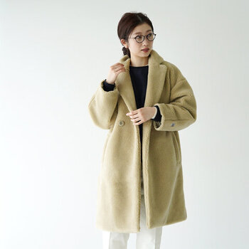 暖かな肉厚ふわもこ素材のコート。かっちりとした印象のチェスターコートも、柔らかな素材のおかげで優しげな雰囲気に見えます。
