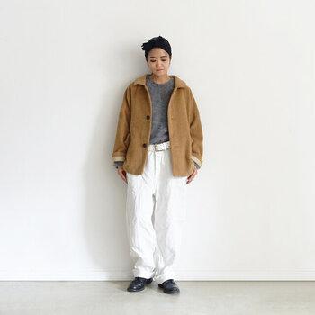 スカートにもパンツにもあう絶妙な丈感のジャケットなので、さまざまなコーデで活躍しそう。身ごろもアーム回りもゆったりとしているので、インナーを着込んでも着ぶくれせず安心です。