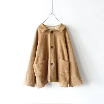 ふわっと表情のある風合いが特徴のウールアルパカミックス素材を使用したジャケット。冬でも暖かな日中の羽織りものにぴったりです。