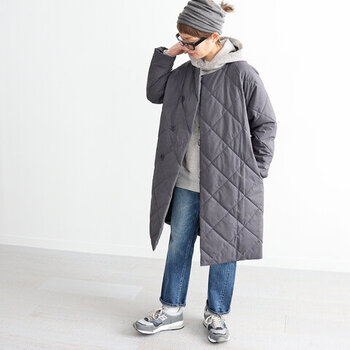 中綿入りのキルティングコート。ボリュームを程よく抑えているので、コンパクトなシルエットに仕上がっています。軽くてラフな着心地で、重いコートが苦手な方にもおすすめです。
