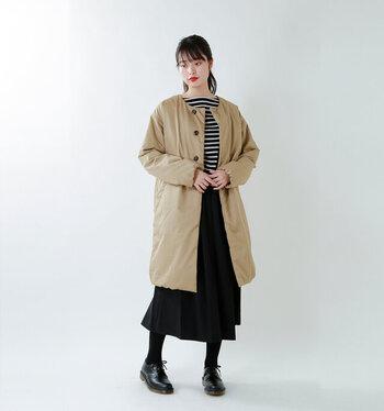 着ぶくれしがちなダウンのお悩みを解消してくれる、優れもののノーカラーダウンコート。シンプルでコンパクトなシルエットなので、キレイめコーデにもおすすめです。
