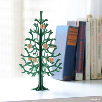 おうちクリスマスに欠かせない、クリスマスツリーのオブジェ。フィンランドのバーチ材を使って作られた「lovi(ロヴィ)」のもみの木ツリーは、型抜きされたパーツを順番に組み合わせてていく簡単な作り。接着剤を使わないので、解体してコンパクトに収納することが可能です。