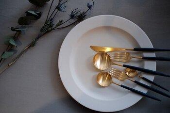 定番の「Cutipol(クチポール)」のカトラリーは、ゴールド×ネイビーの組み合わせが洋食にも和食にも合わせやすいデザイン。ハレの日のご飯は、カトラリーもいつもとは雰囲気を変えて楽しみたいですね。