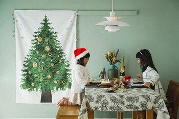「nunocoto(ヌノコト)」のクリスマスツリータペストリーは、1枚で存在感たっぷり。普段のインテリアに取り入れるだけで、一気にお部屋が華やぎます。布でできているから片付けも楽々、収納場所も取りません。
