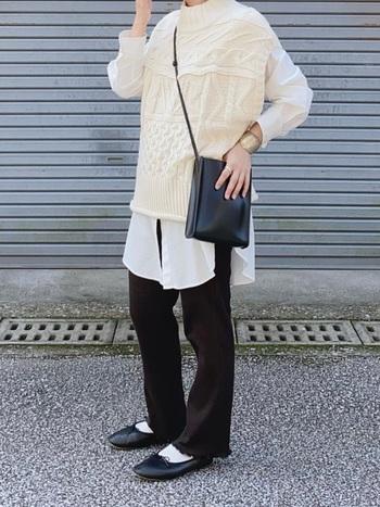 ロングシャツ+ニットベストでトレンドのレイヤードコーデを。ボトムやバッグは黒で統一し、コーデを2トーンでまとめて。バレエシューズに白ソックスがよく似合います。