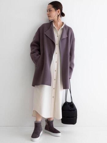 スカートでもパンツでも、重たくならずに着こなせるハーフ丈のコート。顔まわりを引き立ててくれる、ニュアンスのある襟元が素敵ですね。