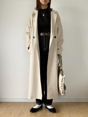 ロングコートにデニムとバレエシューズを合わせたパリジェンヌスタイル。ポイントはベルトでメリハリを出し、アクセントにロゴ入りのトートバッグを合わせたところ。