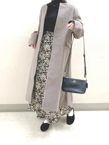 スカートの柄を存分に楽しむなら色味を合わせたコーデで。スカートに使われている黒をバレエシューズやバッグ、ニットなどで上手に取り入れてまとまり感を演出。コートをグレーにすることでコーデが重くならず整います。