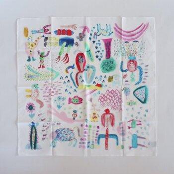 ハンカチに描かれているのは、中学生アーティストとして注目されている「たまちゃん」のイラスト。色とりどりのほっこりする絵柄が特徴的で、ちょうどいいサイズ感です。お弁当を包んだりテーブルクロスとして飾ったりと、バリエーション豊富に使えますよ。
