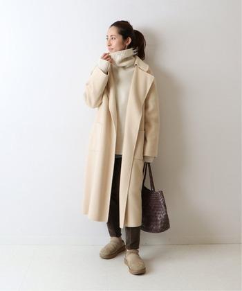 着るだけで軽やかな印象になるアイボリー系のベージュのコート。カシミヤのような滑らかさや光沢が魅力の、上質なハミルトンウールを使用。