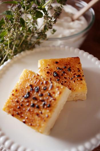食べる前に型から出して切り分け、カソナードなど砂糖をふってバーナーで表面を焦がします。これで、クレームブリュレとはちょっと違う、人気のカタラーナのできあがりです。