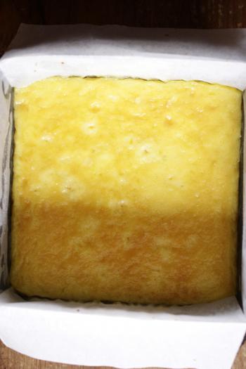 クッキングシートを敷いた型に卵液を流し込み、低温のオーブンで少し時間をかけて焼きます。