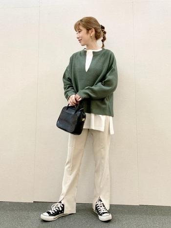 今期トレンドのキーネックのニット。くすみグリーンが今年らしく、着るだけで旬のコーデの完成です。パンツとスニーカーを合わせたカジュアルなコーデも、かっちりとした印象のボストンバッグで大人っぽい印象をプラスしてくれます。