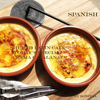 スペイン風の素焼きの器で焼くカタラーナも、雰囲気があっていいですね。オレンジやシナモンを使った本格的なレシピです。