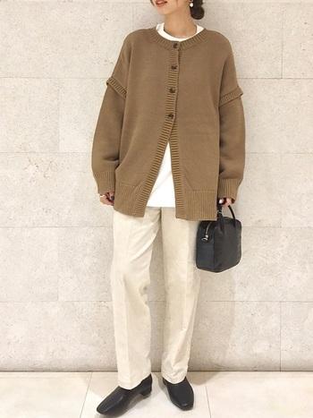 カーディガンとカットソーのレイヤードコーデ。パンツとカーディガンの色味をブラウンとアイボリーを合わせて優しげな印象に。バッグとブーツのカラーをブラックで統一すればコーデ全体がキリっと引き締まります。