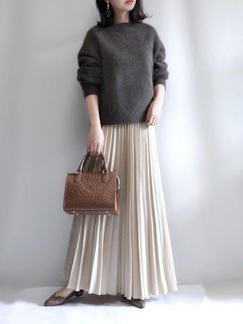 毛足の長めなふわっとした質感のニットをロングスカートと合わせた、大人かわいいコーデです。足元とバッグのカラーをブラウンで統一して、かわいいだけじゃなく大人っぽさもプラスしています。