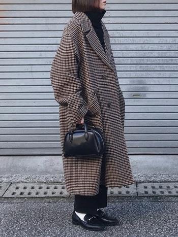 長めの丈感のチェックのコートが主役のコーデ。ボストンバッグをプラスすることで、コーデにメリハリが生まれます。ローファーに白ソックスを合わせて、足元までおしゃれなコーデの完成です。
